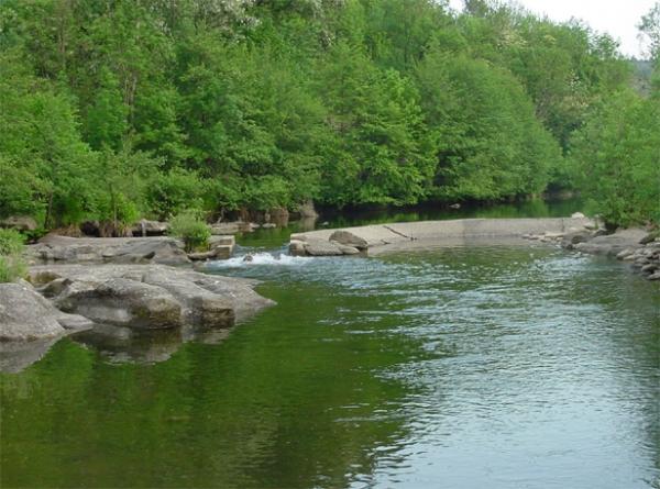 Le Nassier, vue du barrage et petit plan d'eau en aval