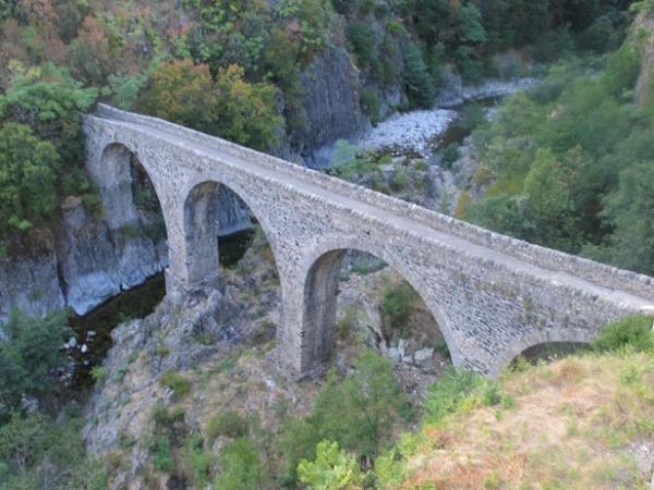 Jaujac, pont de la coulée basaltique, orgues basaltiques